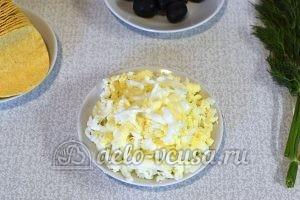 Сырная закуска на чипсах: Натереть яйца