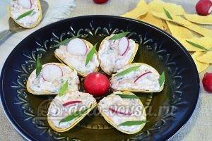 Закуска на чипсах с творожным сыром: Выкладываем начинку на чипсы