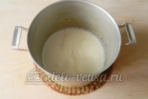Заварной крем без масла: Кипятим молоко
