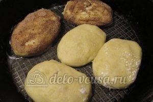 Зразы картофельные с курицей: Обвалять в панировке