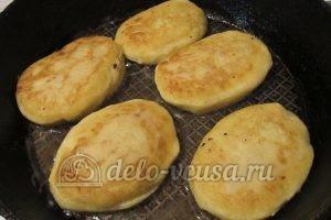 Зразы картофельные с курицей: Обжарить на сковородке