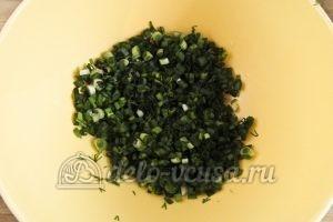 Салат из редиски и зеленого лука: Кладем зелень в салатник