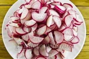 Салат из редиски и зеленого лука: Измельчить редиску