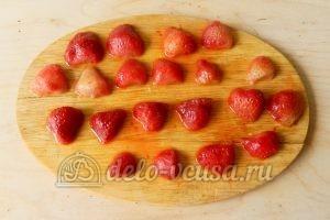 Бисквитный торт с клубникой: Клубнику разрезать пополам
