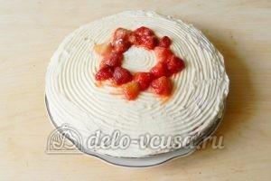 Бисквитный торт с клубникой: Украсить торт ягодами