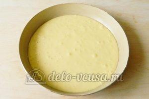 Бисквитный торт с клубникой: Выливаем тесто в форму