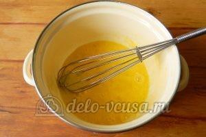 Блины с ягодами: Взбить яйца с сахаром