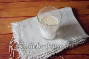 Дрожжевые булочки с изюмом: Соединить дрожжи с молоком