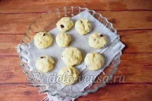 Дрожжевые булочки с изюмом: Кладем булочки на противень