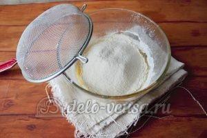 Дрожжевые булочки с изюмом: Добавить муку