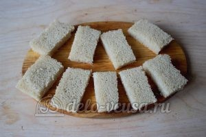 Канапе с селедкой: Порезать хлеб