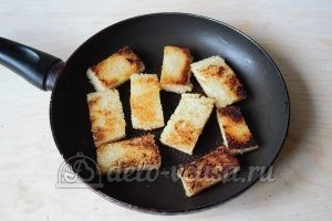 Канапе с селедкой: Обжарить хлеб