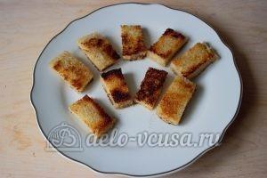 Канапе с селедкой: Кладем хлеб на блюдо