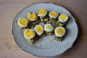 Канапе с селедкой: Добавить яйца