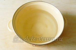 Компот из клюквы: Налить воду и добавить сахар