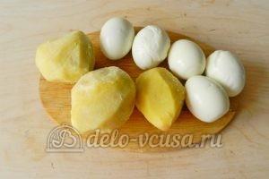 Окрошка на минералке: Отварить яйца и картошку