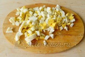 Окрошка на минералке: Порезать яйца