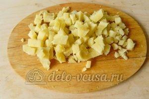 Окрошка на минералке: Порезать картошку