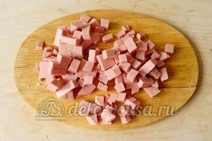 Окрошка на минералке: Порезать колбасу
