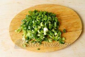 Окрошка на минералке: Порезать зеленый лук