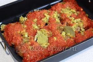 Отбивные из говядины в духовке: Полить томатным соусом