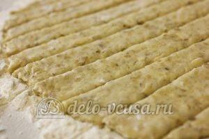 Овсяное печенье с сыром: Тесто раскатать и нарезать полосками