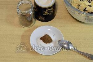 Печенье с корицей и изюмом: Соединить сахар и корицу