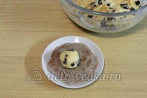 Печенье с корицей и изюмом: Обвалять печенье в посыпке