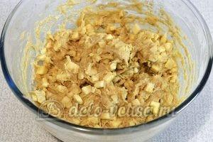 Печенье с яблоками и корицей: Добавить яблоки в тесто