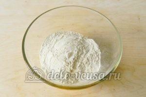 Песочный пирог с апельсинами: Добавить просеянную муку