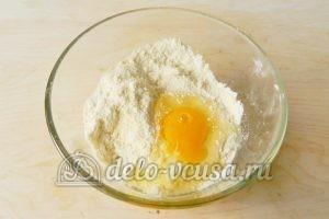 Песочный пирог с апельсинами: Добавить желток