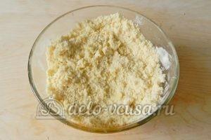 Песочный пирог с клубникой: Добавить муку с разрыхлителем