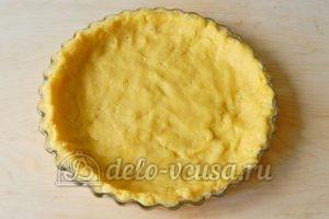 Песочный пирог с клубникой: Распределить тесто в форме