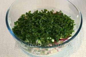 Салат с капустой и редиской: Измельчить зелень
