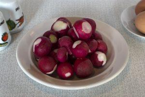 Салат из редиски с яйцом: Подготовить редиску