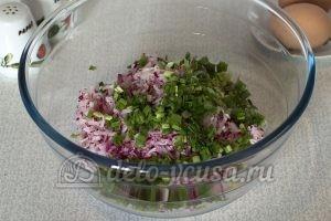 Салат из редиски с яйцом: Измельчить зеленый лук