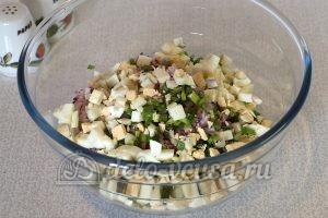 Салат из редиски с яйцом: Измельчить вареные яйца