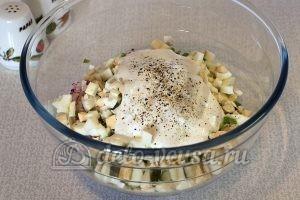 Салат из редиски с яйцом: Добавить специи и соль