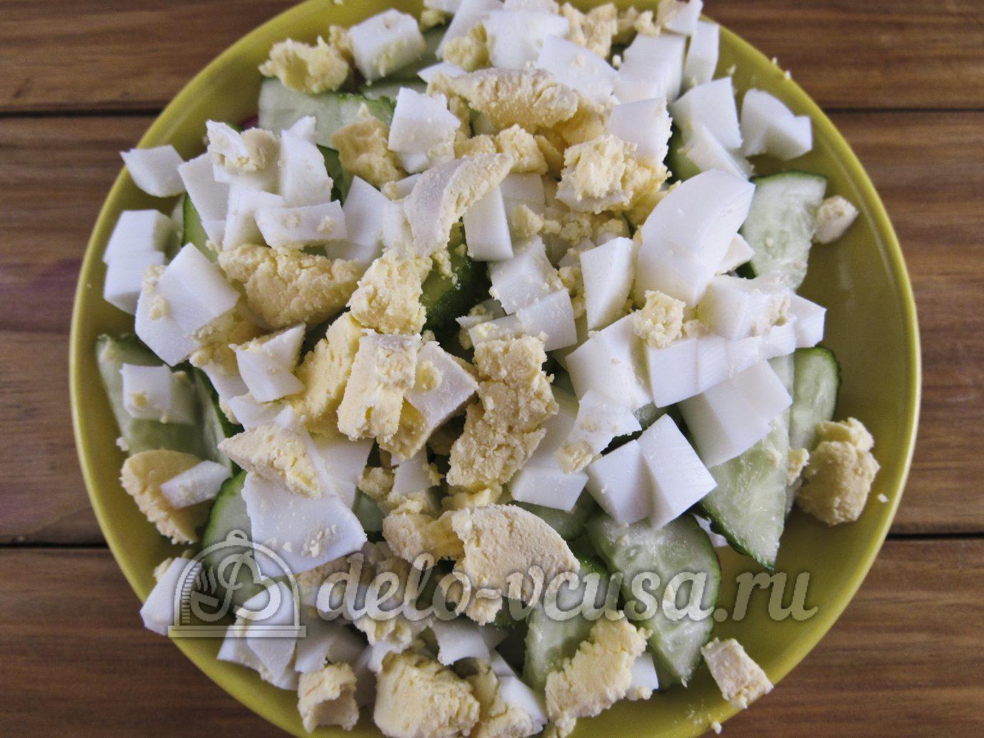 Салат из редиски с яйцом и огурцом: Кладем слой вареных яиц