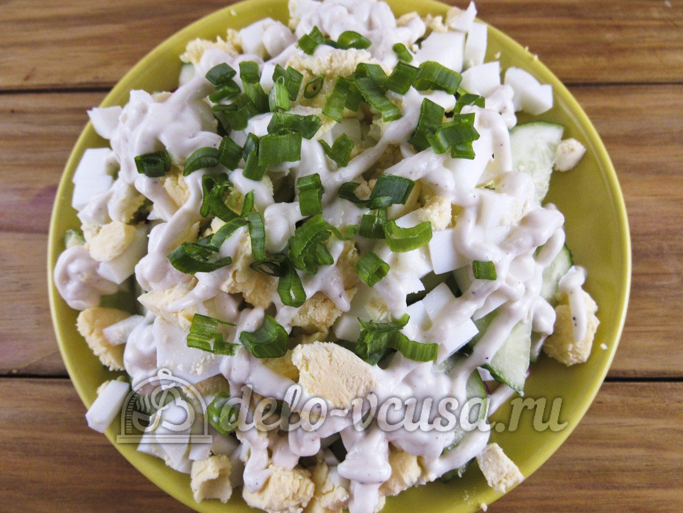 Салат из редиски с яйцом и огурцом: Посыпать зеленым луком