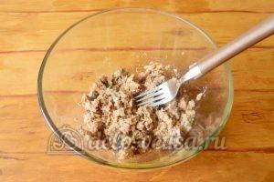 Салат с рисом и рыбными консервами: Размять консервы