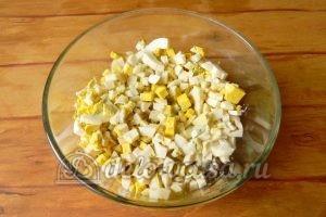 Салат с рисом и рыбными консервами: Добавить яйца