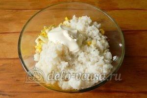 Салат с рисом и рыбными консервами: Заправить майонезом