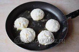 Сливочные сырники: Кладем сырники на сковородку