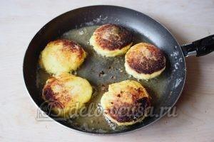 Сливочные сырники: Обжарить с двух сторон