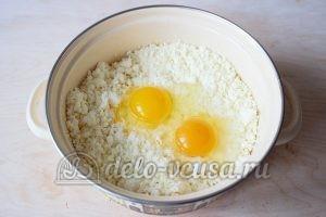 Сливочные сырники: Добавить яйца