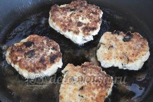 Сырники с черносливом: Жарим сырники до золотистой корочки