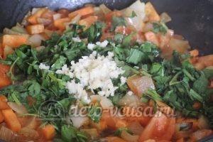 Стручковая фасоль с овощами: Зелень кладем в сковородку