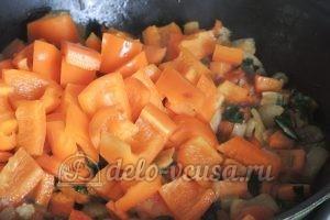 Стручковая фасоль с овощами: Тушим овощи