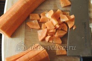 Стручковая фасоль с овощами: Нарезать морковку